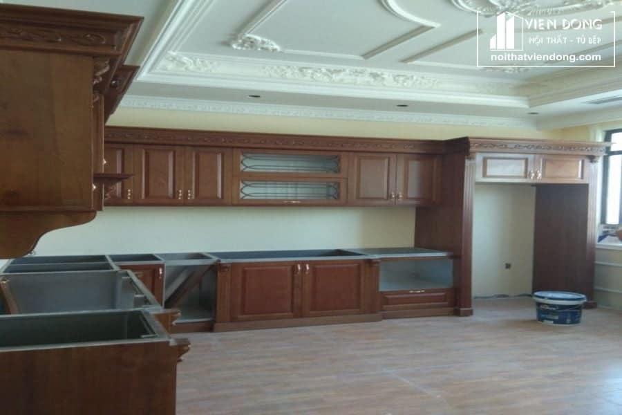 tủ bếp thùng lamg bằng inox và cánh gỗ xoan đào tự nhiên