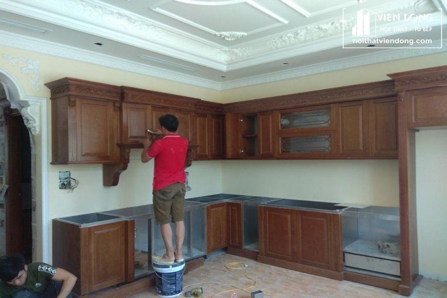 tủ bếp inox cánh gỗ đang hoàn thiện - hình 2
