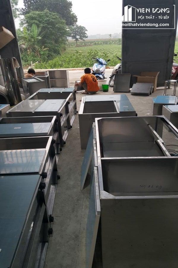mẫu tủ bếp inox cánh acrylic đang hoàn thiện