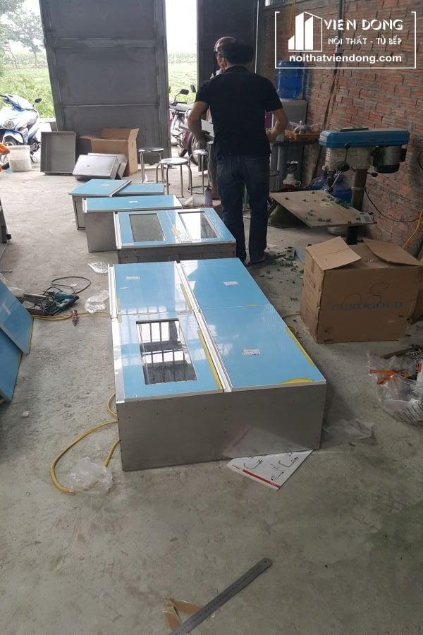 mẫu tủ bếp thùng inox cánh acrylic tại xưởng