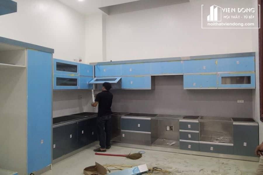 tủ bếp đang trong quá trình lắp đặt, hoàn thiện