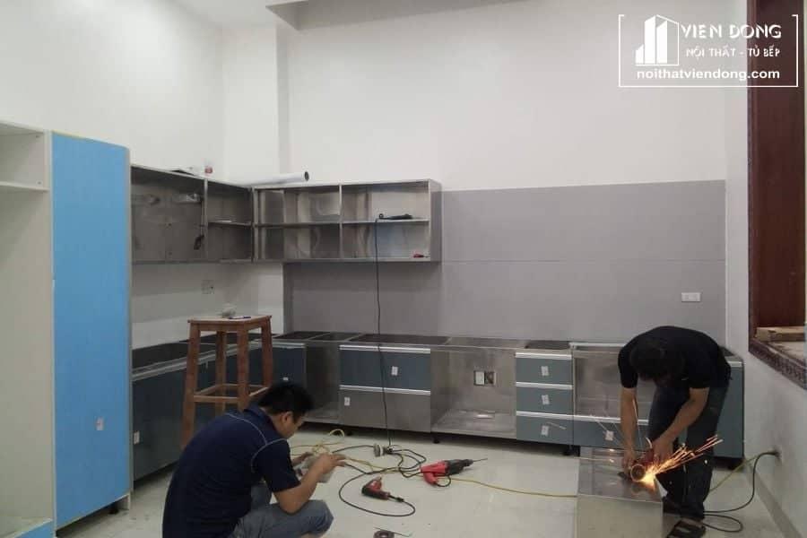 tủ bếp inox đang được hoàn thiện