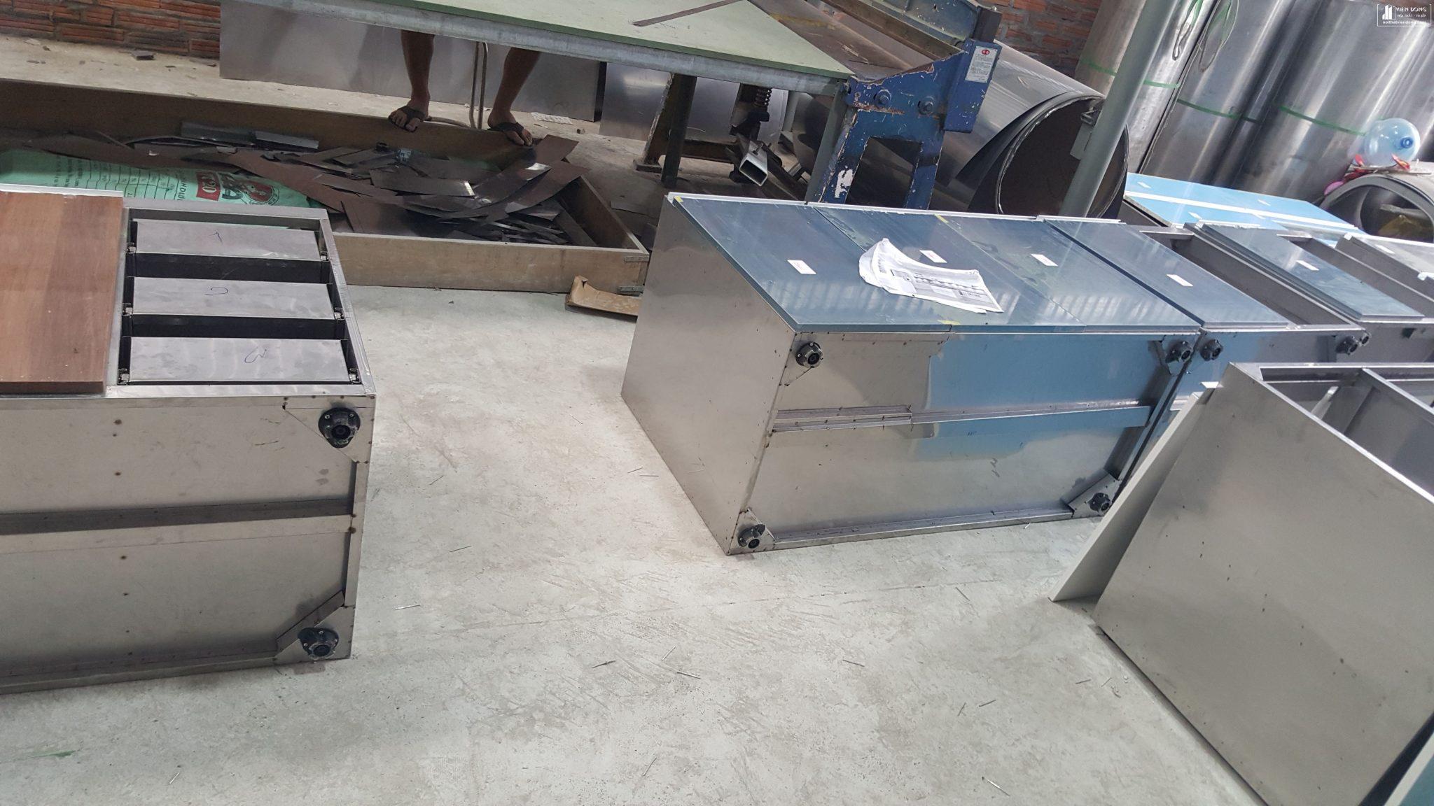 tủ bếp inox 304 và cánh acrylic bóng gương
