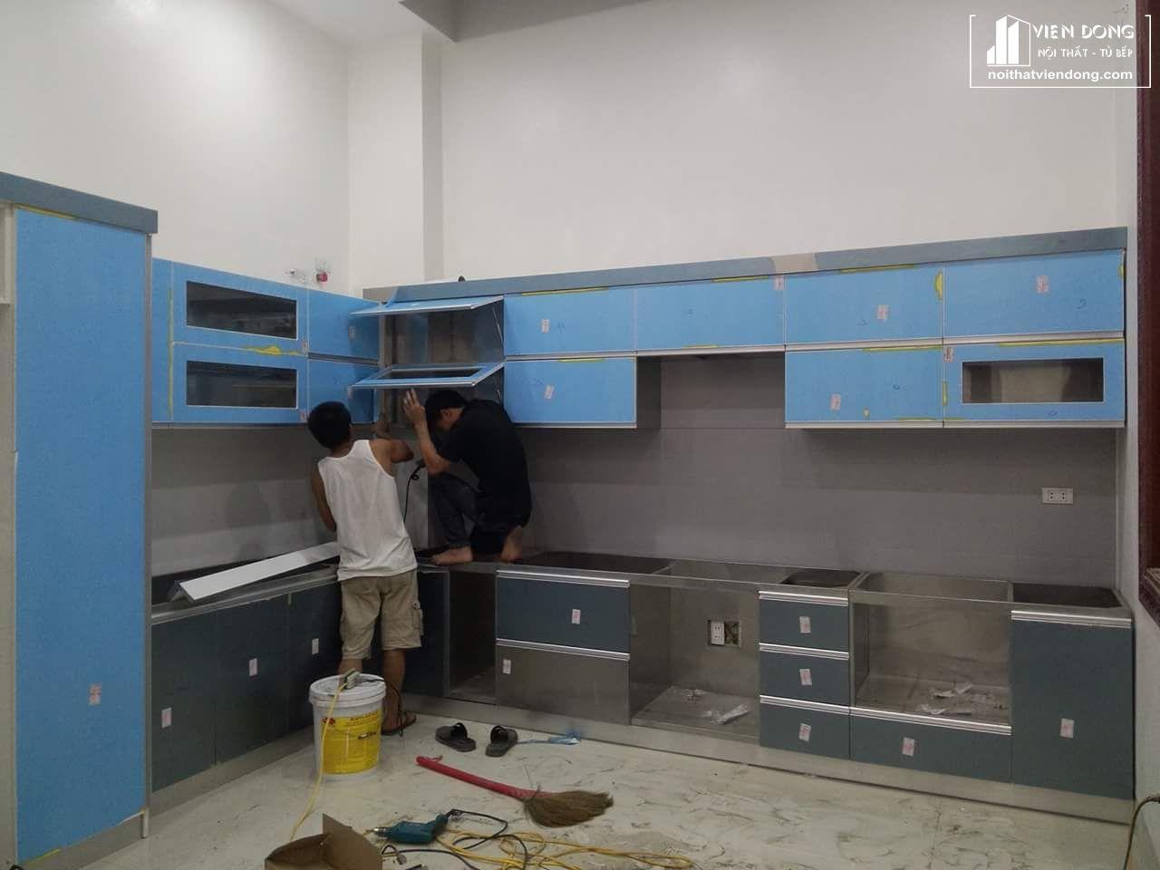 mẫu tủ bếp inox 304 đang trong quá trình thi công, lắp đặt