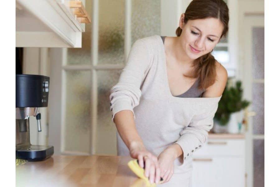 quá trình vệ sinh và bảo quản tủ bếp