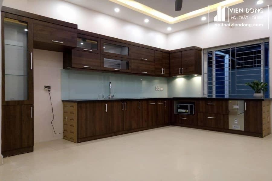 mẫu tủ bếp gỗ óc chó đẹp 012