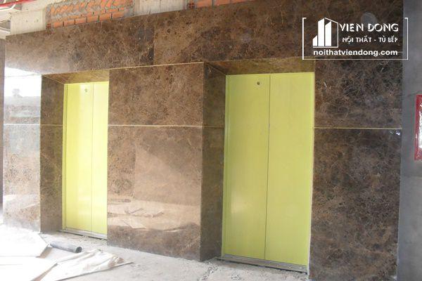 ốp cửa cầu thang máy bằng đá marble