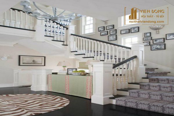 Trang trí cầu thang bằng khung tranh