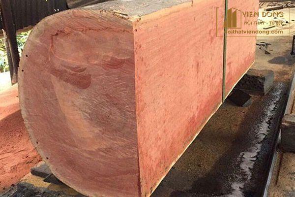 thân cây xoan đào đang được xẻ